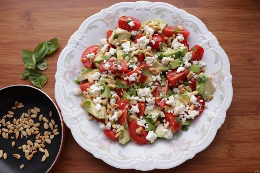 Присыпьте салат фетой и кедровыми орешками.
