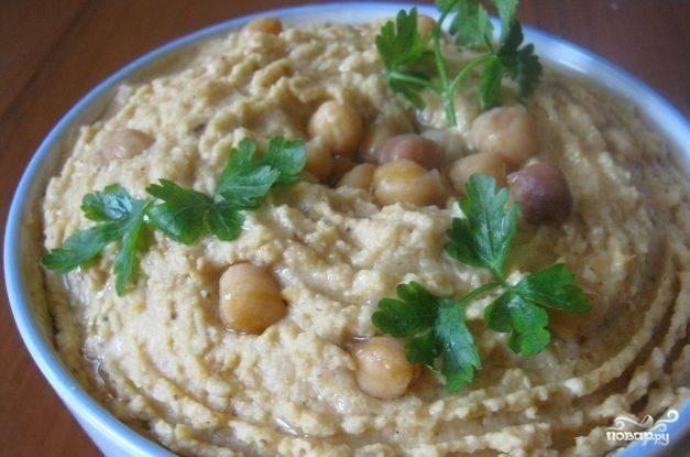 Оставьте хумус на 2-3 часа в холодильнике. Перед подачей украсьте блюдо зеленью и оливковым маслом. Приятной дегустации!