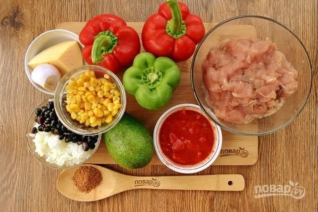 Рис промойте в прохладной воде 7 раз, отварите в чистой воде (1:2) до готовности, слейте. Овощи вымойте, лук очистите.