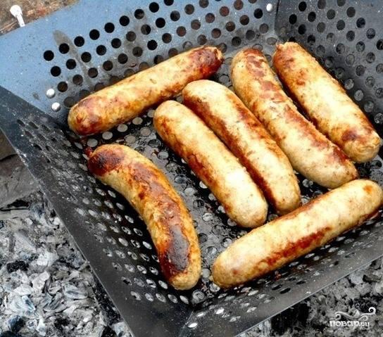 5. Сделайте несколько проколов на каждой колбаске и поместите на сковородку гриль или на мангал. Готовьте колбаски на огне в течение 15 минут, постоянно переворачивая их. Колбаски готовы. Приятного аппетита.