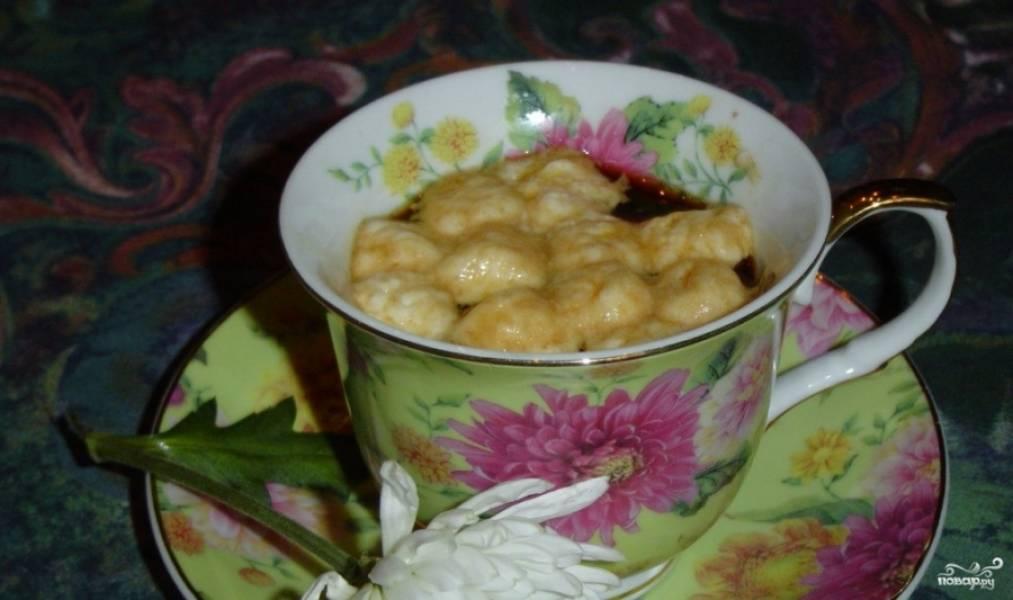 2.Уложите несколько кусочков маршмеллоу сверху горячего кофе. Аккуратно начинайте помешивать напиток.