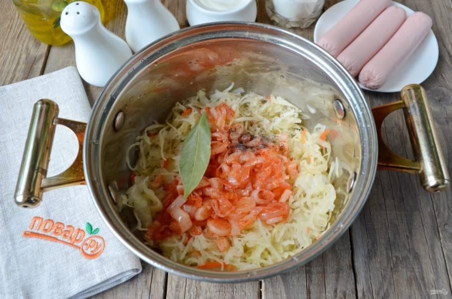 В кастрюлю сложите капусту, лук с паприкой, соль и перец черный молотый, лавровый лист.