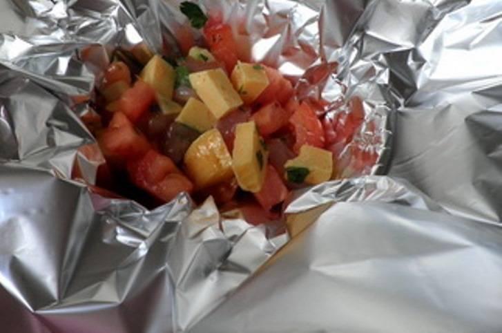 Сделайте из фольги несколько чашечек-порций и разложите получившуюся смесь.