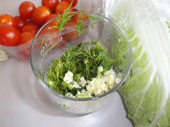 Приготовим соус. В глубокую емкость выдавите чеснок с помощью чеснокодавилки, зелень мелко нарежьте. Залейте все майонезом и перемешайте.