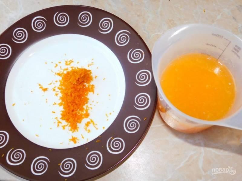 Натрите цедру мандарина и выжмите необходимое количество сока.