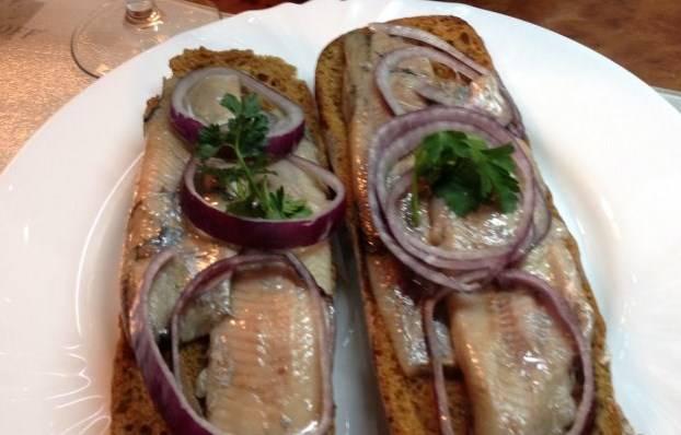 Выкладываем на хлеб селедку, потом лук и зелени по вкусу. Вот селедка по-норвежски и готова. Приятного аппетита!
