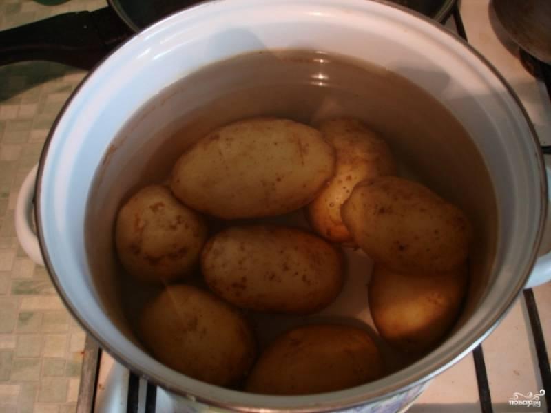 1. Рецепт, наверное, всем знакомый. В одной кастрюльке отварим картошку, во второй - свеклу и морковь. Остужаем.