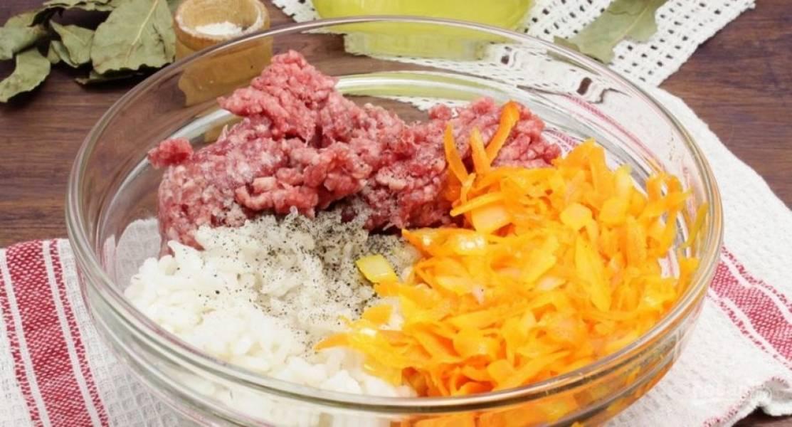 2.В миску кладу фарш, рис, обжаренные овощи, солю и перчу, перемешиваю.