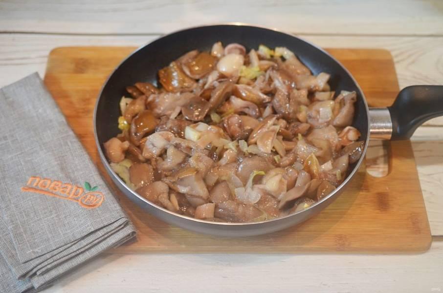 5. Добавьте грибы и обжарьте все вместе до готовности. В конце добавьте сливочное масло, посолите.