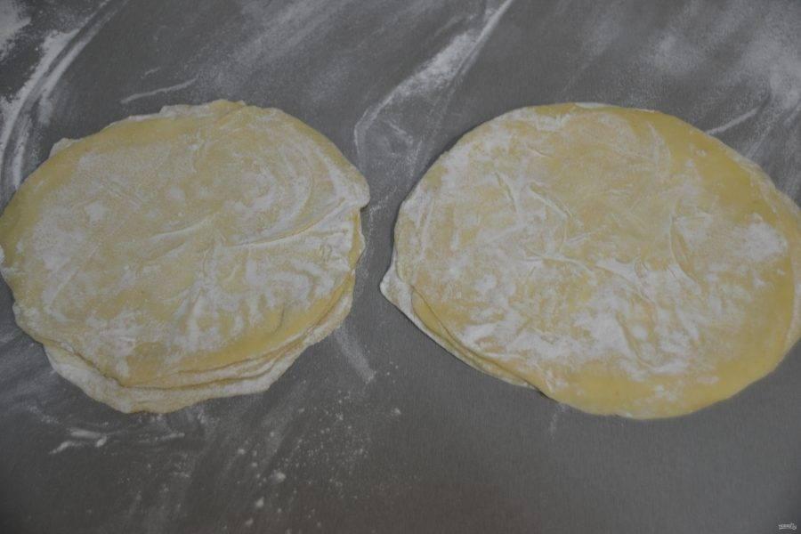Сложите тесто в две стопочки по 5 штук.
