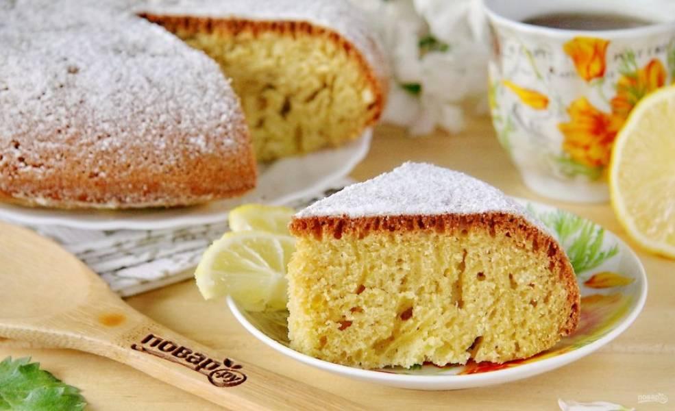 Украсьте кекс сахарной пудрой или любой глазурью и подавайте к столу. Приятного аппетита!