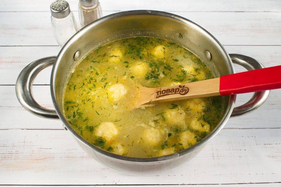 Сырные шарики опустите в суп, варите после закипания еще 2-3 минуты. Добавьте рубленный укроп, посолите и поперчите по вкусу.
