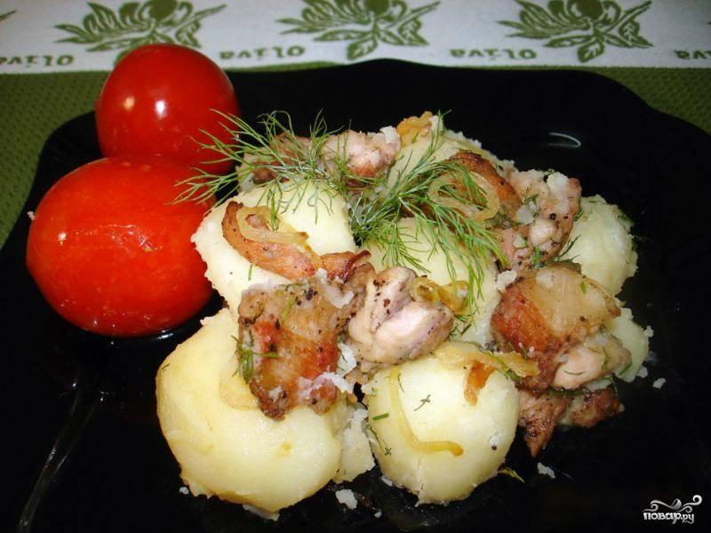 Сварившуюся картошку выкладываем на тарелку, поливаем получившейся поджаркой из мяса и птицы. Перед подачей на стол блюдо можно украсить зеленью и всевозможными солеными и маринованными овощами. Приятного аппетита!
