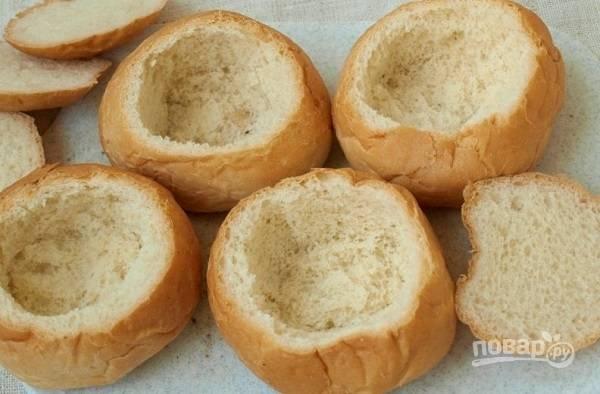 3. Пока готовятся грибочки, можно заняться формочками. Аккуратно срежьте верхушку у булочек, достаньте мякоть.