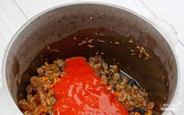 Когда морковь будет готова, добавьте в казанок томатную пасту и все хорошенько перемешайте.