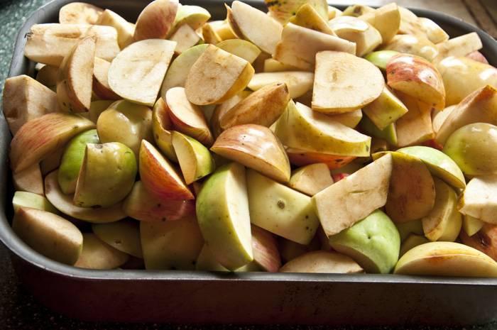 Яблоки чистим, режем дольками и отправляем в протвине запекаться минут на 40.