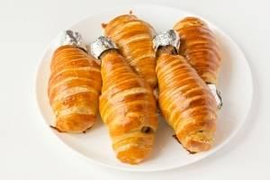 4. Вот такие красивые и необычные получаются наши куриные голени в слоеном тесте. Кончик обязательно закройте фольгой, чтобы удобно было вкушать.