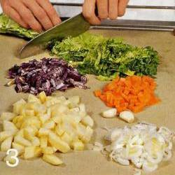 Подготовить овощи. Лук-порей вымыть и нарезать полукольцами. Капустные листья промыть, удалить жесткую сердцевину. Листья нарезать тонкой соломкой.  Морковь, картофель и репу почистить и порезать небольшими кусочками. Чеснок и красную луковицу почистить и измельчить.