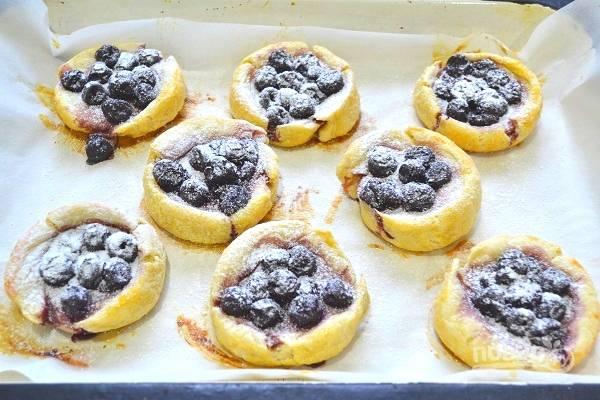 9. Готовые гнезда остудите немного и по желанию присыпьте сахарной пудрой.
