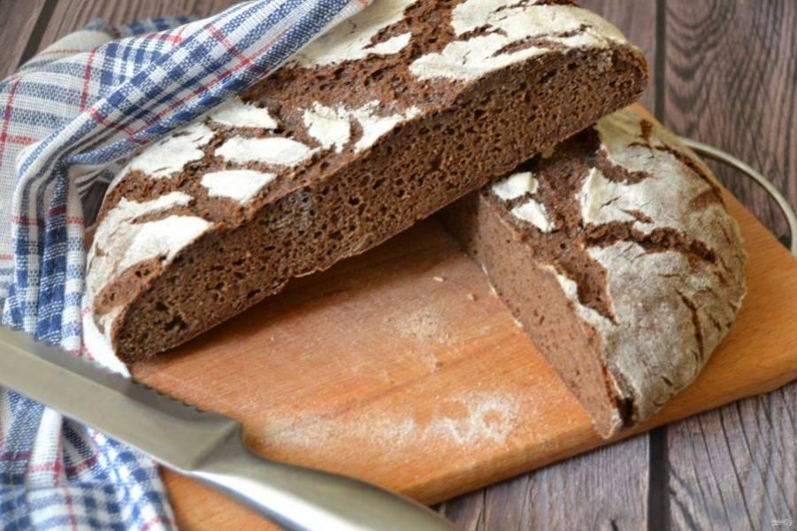 Хлеб получился красивым, с хрустящей корочкой в живописных трещинках, внутри мелкопористый, с легкой приятной кислинкой. Хранится такой хлеб достаточно долго, около 1 недели.