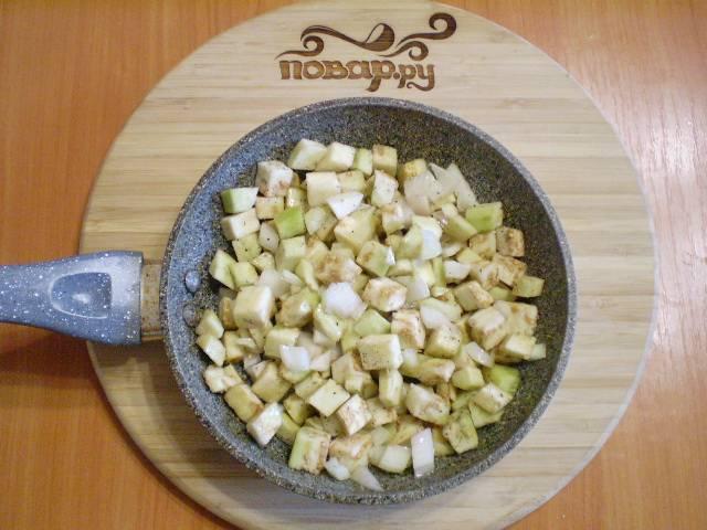 3. В сковороду льем масло, разогреваем, отправляем баклажаны и лук обжариваться со специями и солью до готовности.