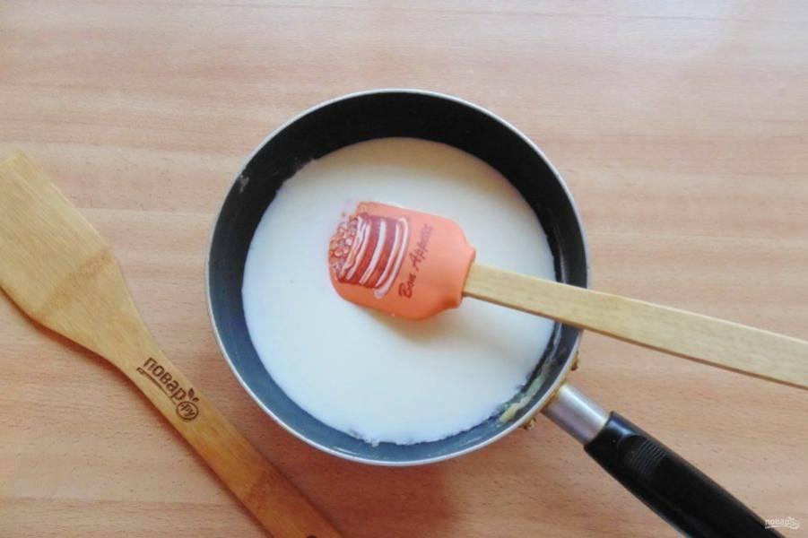 При помешивании тонкой струйкой влейте молоко, посолите и поперчите по вкусу. Варите постоянно помешивая 10-15 минут.