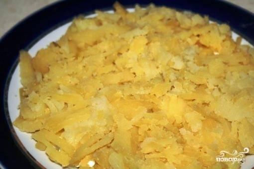 6. Далее выкладываем картофель без майонеза.
