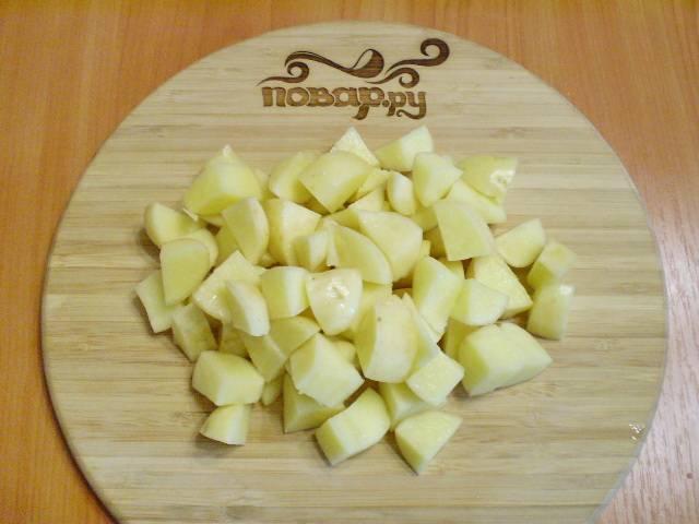 5. Картошку режем кусочками.