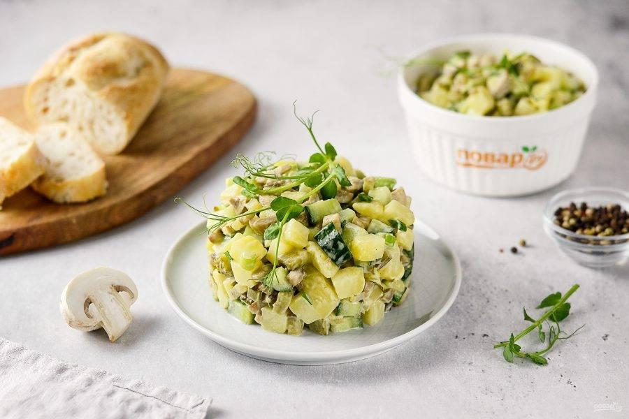 Салат с жареными шампиньонами готов, приятного аппетита!
