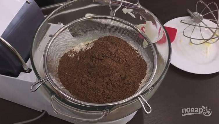 2. Заранее 2-3 раза просейте муку, затем добавьте ее вместе с какао в смесь. На медленной скорости мешайте миксером.