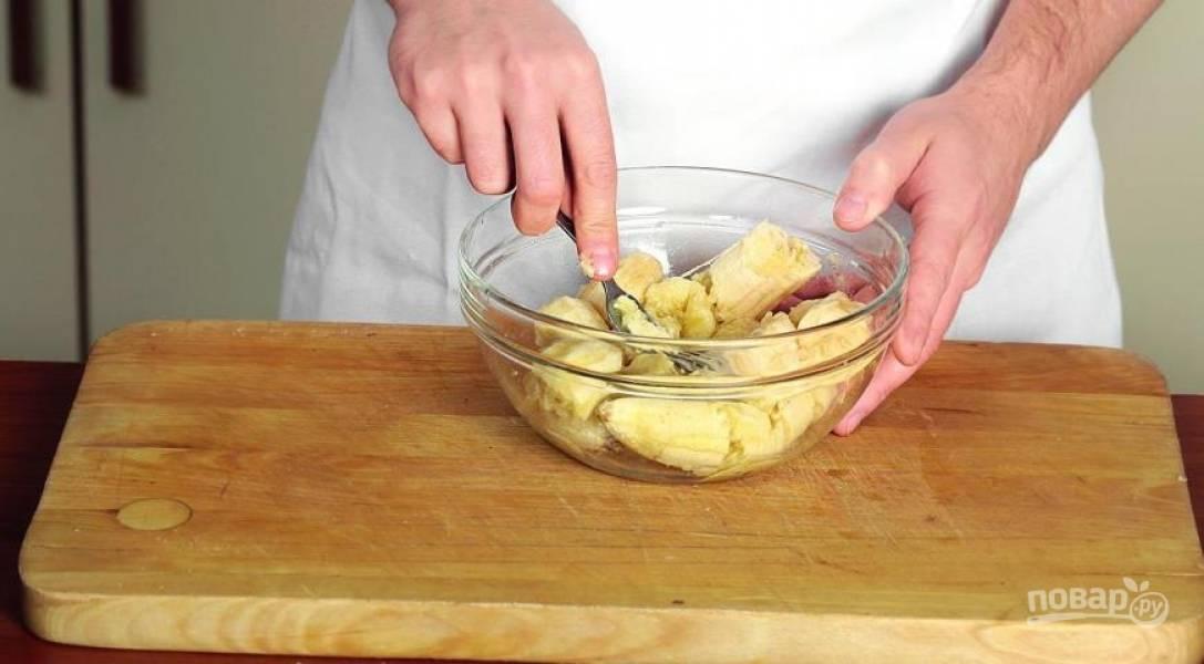 Бананы очистите и разомните в  пюре, полейте лимонным соком, добавьте цедру и смешайте с тестом.