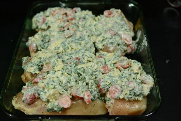 6. Выложить сырную массу сверху курочки и отправить форму в разогретую духовку на 30 минут.