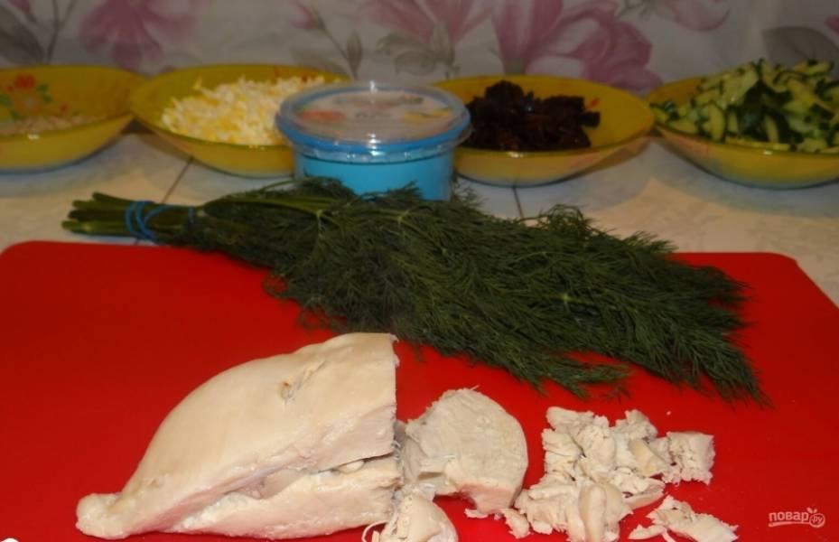 3. Готовое и остывшее куриное филе нарезаем на мелкие части.