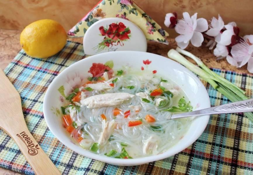 """Вьетнамский суп """"Фо"""" готов. Ароматный, сытный и полезный суп подавайте на обед."""