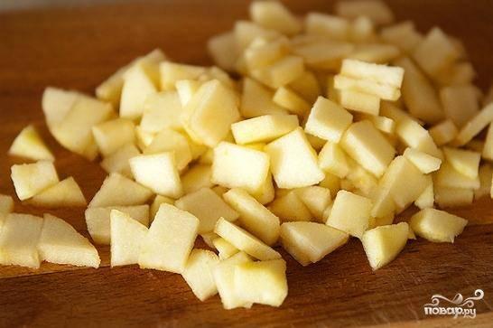 Яблоки мелко-мелко нарезаем (но не измельчаем в блендере!) и также добавляем в тесто.