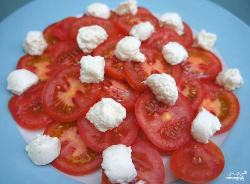 Шаг 4. Порежьте моцареллу на кусочки размером с виноградинку. Порежьте помидоры слайсами.