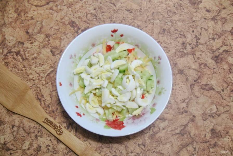Перепелиные яйца сварите вкрутую, охладите, очистите и нарежьте. Добавьте в салат.
