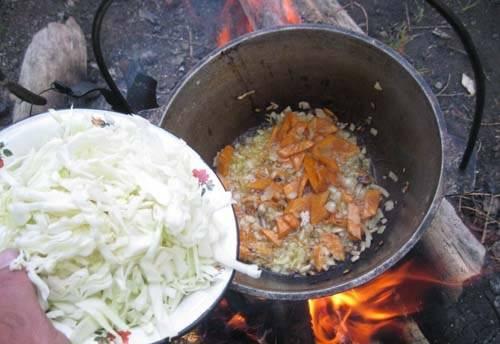 3. Теперь, когда морковь стала золотистой, добавим к этой смеси капусту. Продолжаем тушить.
