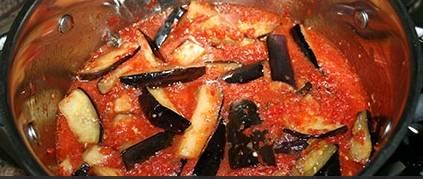 3. Когда аджика перекипит, - добавляем подготовленные баклажаны, и, при необходимости, еще добавим специй по вкусу. Доводим до кипения на маленьком огне, и варим до мягкости баклажан.