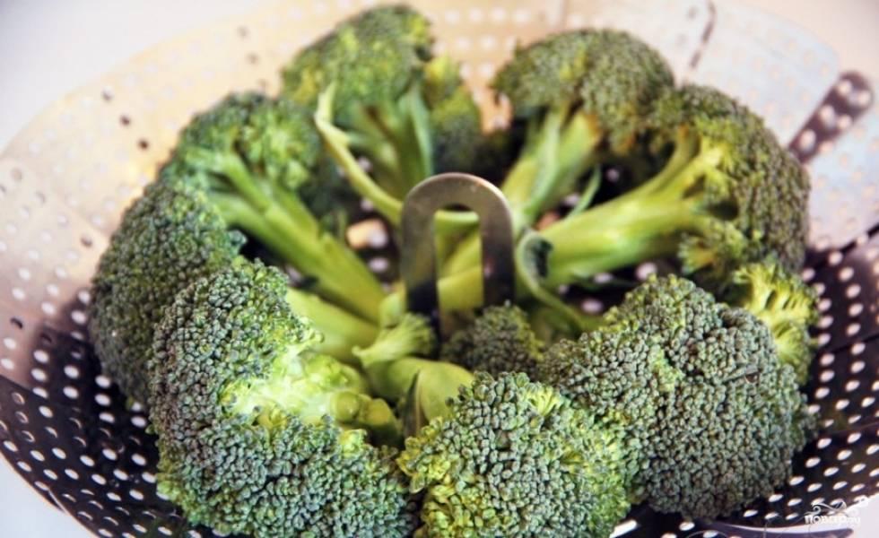 В это время отварите брокколи. Варите можно как на пару, так и обычным способом. Я люблю хрустящую капусту, и потому варю максимум 3-4 минуты.