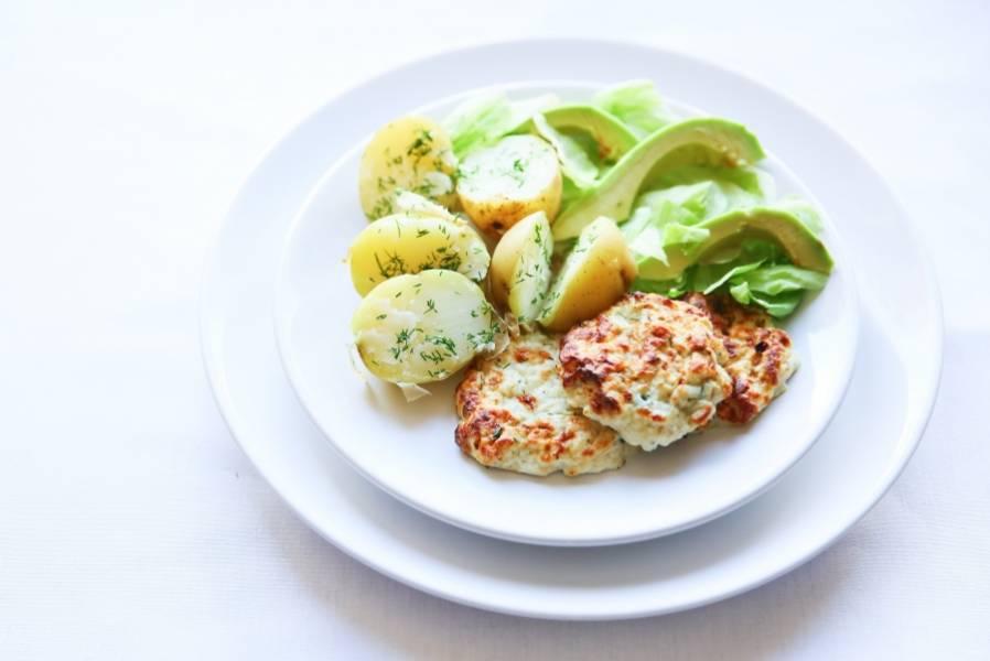 Запекайте котлеты при 180 градусах в течение 35-45 минут в духовке. Подавайте их с легки гарниром из овощей (например, с варёным картофелем).