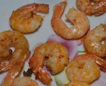 Обжариваем очищенные креветки на сковороде с растительным маслом по 2 минуты с каждой стороны.