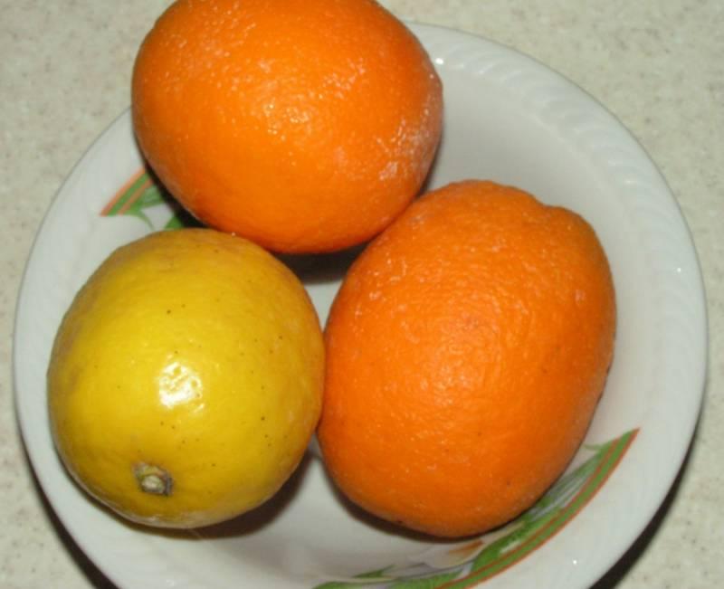 Лимон и апельсины хорошенько промываем и кладем в кипящую воду и варим в течение минуты, чтоб убрать ненужную нам горечь.