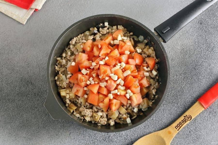 Затем добавьте нарезанный кубиками томат и измельченный чеснок. Можно добавить 1-2 щепотки сахара.