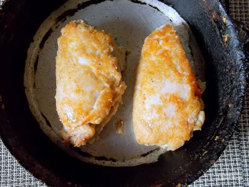 Разогрейте масло в сковороде и обжарьте грудки с двух сторон.