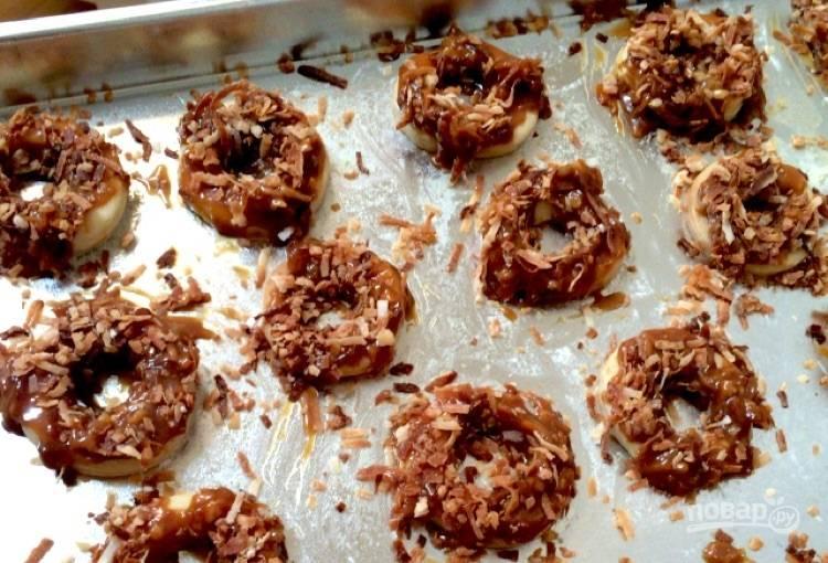15.Выложите кокосово-карамельную массу на каждое печенье.