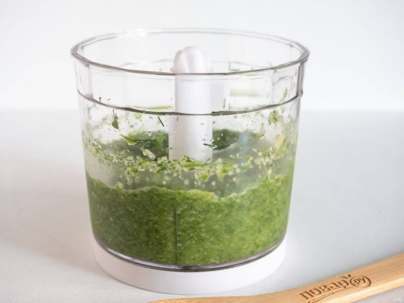 Пробейте огурцы с зеленью до консистенции пюре.
