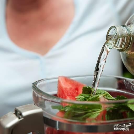 4. Вложите в блендер 6-7 листиков мяты. Влейте 1/4 стакана сахарного сиропа. Сироп можете сварить заранее и хранить впрок. Варится он просто. В кастрюле смешайте 2 стакана сахара и 2,5 стакана воды. Доведите до кипения, помешивая. Погодите, пока сахар  растворится. Готово! В коктейли нам нужен охлажденный сироп!