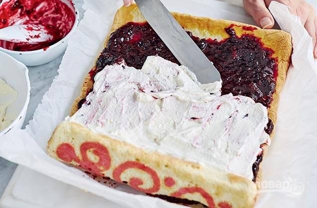 6. Смажьте бисквит ягодной начинкой и взбитыми сливками. Заверните в рулет и оставьте в холодильнике как минимум на час.
