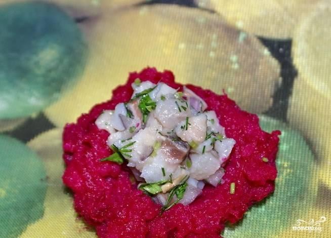 Из свекольно-картофельного пюре сформируйте лепешку, выложите начинку из сельди внутрь, слепите клубничку.